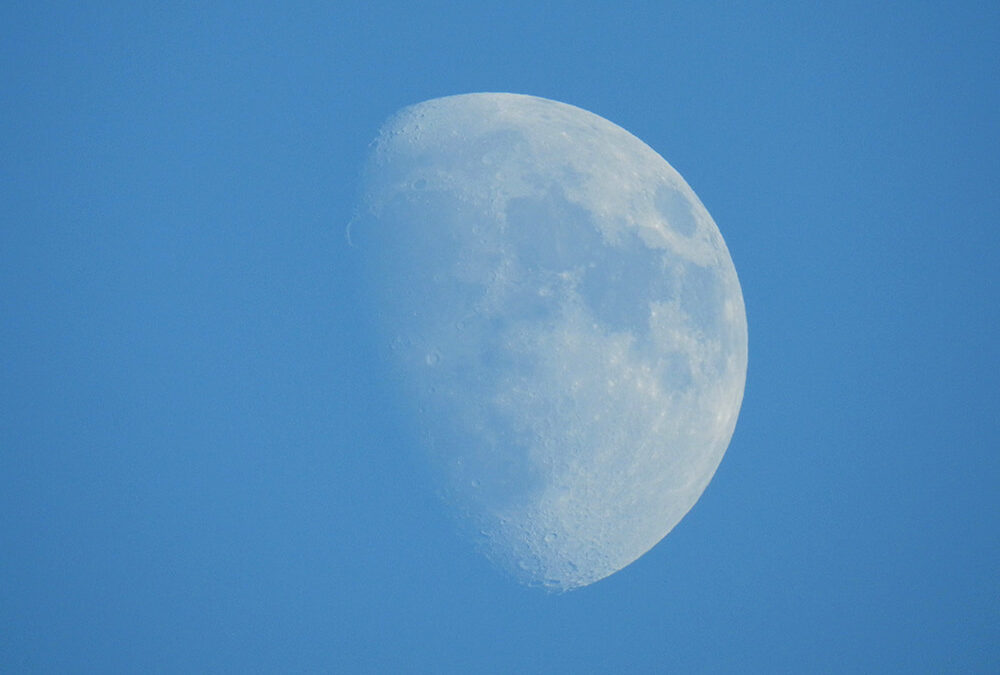 Moonlight Mystery: Why is the Moon visible during the day?